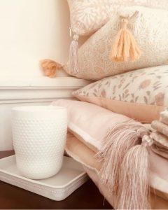 Coussins et nappes à pompons de soie | Sofa covers surmatelas moelleux | Linge de maison | Décoration textile | VILLA D'ISSI