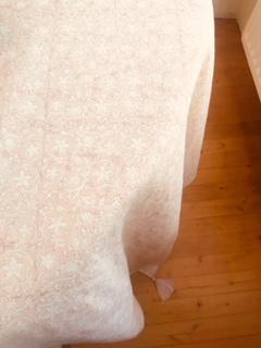 Nappe block print à pompons de soie SAGARA Rose Nude de VILLA D'ISSI
