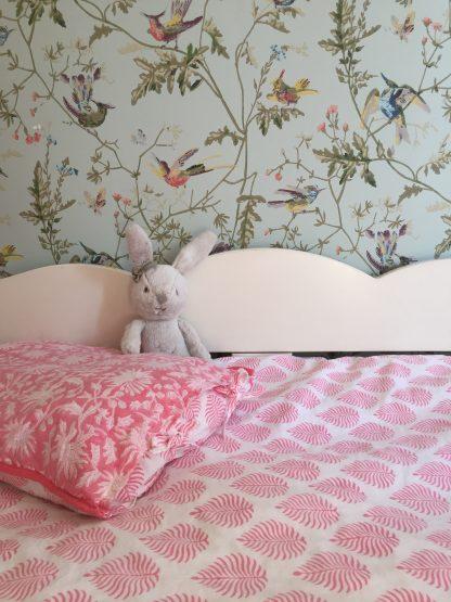 Linge de lit enfant ado taie d'oreiller en coton imprimé à la main au tampon de bois (block print) FLORA Rose Gum de VILLA D'ISSI