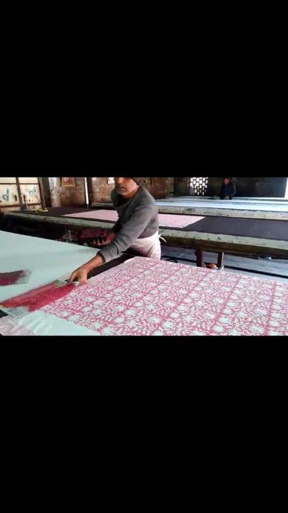 Les collections textiles VILLA D'ISSI et VILLA D'ISSI Kids pour la Décoration Chic et le Resort Wear sont conçues en France et imprimées à la main au tampon de bois (block print) au Rajasthan, en Inde.