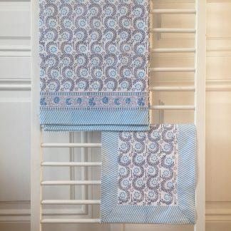 Pour une décoration de table chic et bohème, nappe et set de table ADELE bleu de VILLA D'ISSI