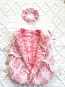Gigoteuse pour poupée 30 à 35 cm (Corolle, Paola Reina...) SIKRIT Rose Gum de VILLA D'ISSI. Assortie à la housse de couette réversible FLORA pour filles, pour une ravissante décoration de chambre.