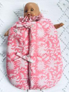 Gigoteuse Turbulette pour poupée 30 à 35 cm (Corolle, Paola Reina...) FLORA Rose Gum de VILLA D'ISSI. Assortie à la housse de couette FLORA pour filles, pour une ravissante décoration de chambre.