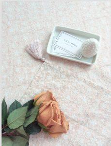 Nappe block print à pompons de soie SAGARA beige rosé de VILLA D'ISSI