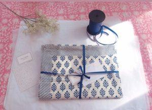 Nappe block print Linge de maison en coton imprimé à la main au tampon de bois BOOTI bleu royal de VILLA D'ISSI