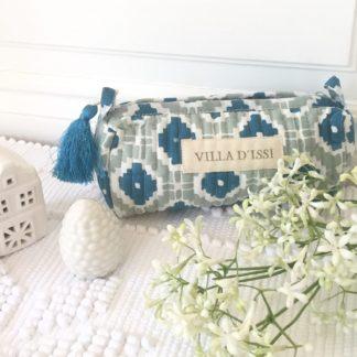 Trousse block print à pompon de soie KALISTE vert amande de VILLA D'ISSI