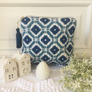 Trousses block print à pompon de soie KALISTE bleu paon de VILLA D'ISSI