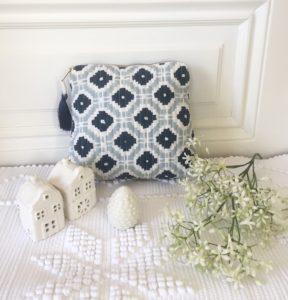 Pochettes block print à pompon de soie KALISTE bleu gris de VILLA D'ISSI