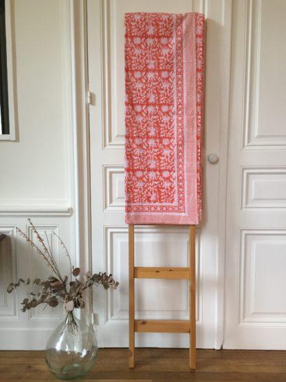 Nappe imprimée à la main au block print FLORA Corail de VILLA D'ISSI. Hand block printedl Tablecloth Coral from VILLA D'ISSI.