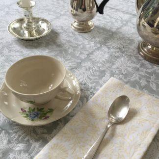 Nappe grise FLORA Gris Perle de VILLA D'ISSI. Grey Tablecloth FLORA Gris Perle fr
