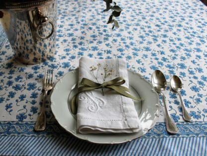 Nappe bohème bleue EUGENIE de VILLA D'ISSI imprimée à la main au tampon de bois ou block print en Inde.