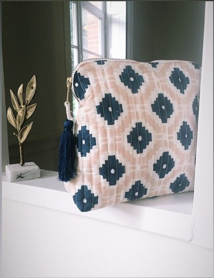Pochette block print à pompon de soie KALISTE nude de VILLA D'ISSI