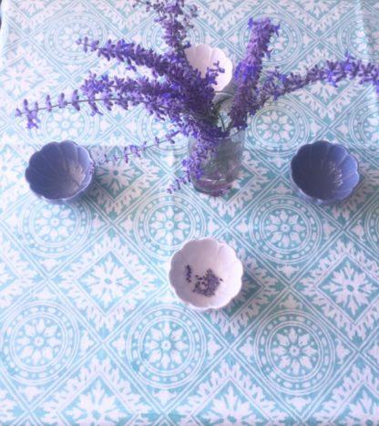 Jolie nappe indienne verte bohème de VILLA D'ISSI, imprimée à la main au block print, pour une décoration de table raffinée et intemporelle.