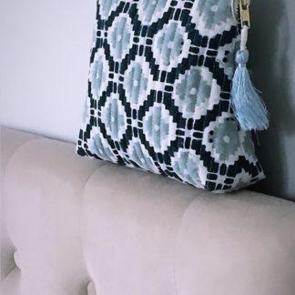 Pochette trousse KALISTE à pompon de soie, imprimée à la main au block print, couleur bleu nuit et bleu gris de VILLA D'ISSI.