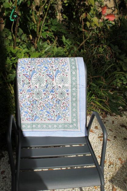 Nappe fleurie CYRIELLE bleue de VILLA D'ISSI, imprimée à la main au block print. Parfaite aussi en plaid ou dessus de lit. Style Bohème Chic.