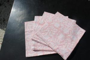 Serviettes de table roses en coton indien imprimé à la main FLORA rose poudré. Napkins FLORA powder pink from VILLA D'ISSI.