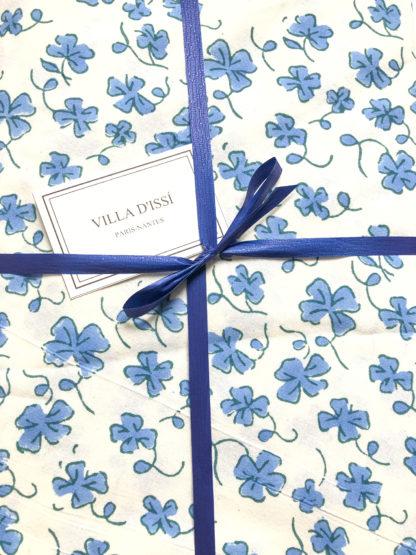 Nappe indienne bleue EUGENIE de VILLA D'ISSI imprimée à la main au tampon de bois ou block print.