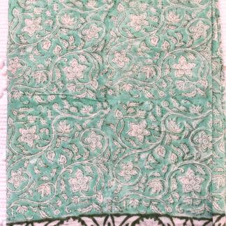 Foulard paréo de plage vert BIANCA de VILLA d'ISSI, en voile de coton. Utilisable aussi en plaid ou nappe légère.
