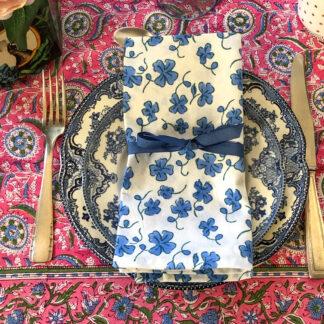 Nappe indienne rose et bleu imprimée à la main au tampon de bois (block print) SALEYA de VILLA D'ISSI