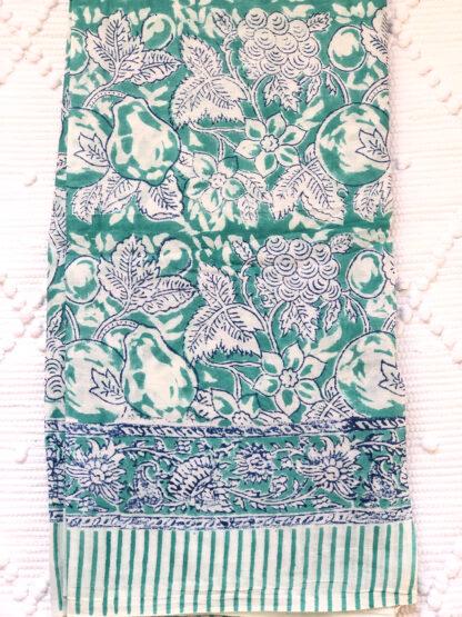 Foulard paréo vert LEONIE de VILLA d'ISSI, en voile de coton. Utilisable aussi en plaid ou nappe légère.