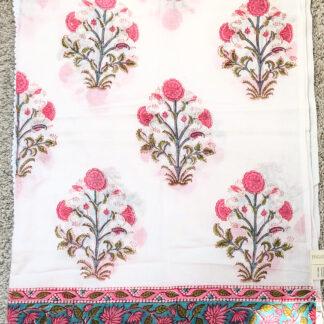 Foulard à fleurs roses DESIREE de VILLA d'ISSI, imprimé block print, en voile de coton. Utilisable aussi en plaid et paréo.