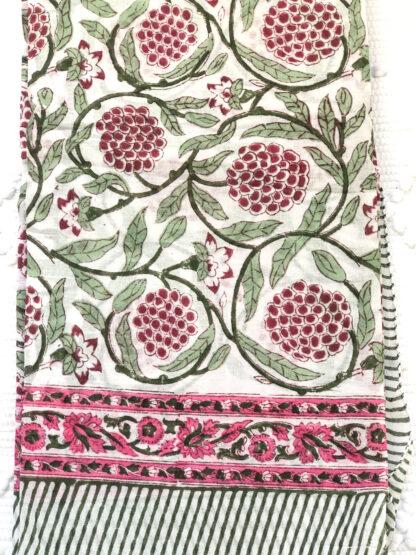 Nappe ou Foulard vert et rose MULBERRY de VILLA d'ISSI, imprimé block print, en voile de coton. Utilisable aussi en plaid et paréo.