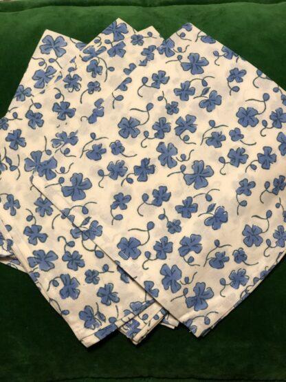 Serviettes de table bleue Eugénie, imprimée en Inde à la main. Une élégante manière de décorer sa table dans le style bohème chic, cher à VILLA D'ISSI.
