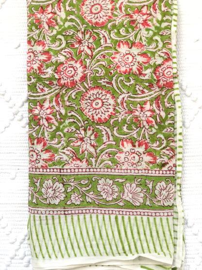 Foulard femme vert AGNES de VILLA d'ISSI, imprimé block print, en voile de coton. Utilisable aussi en plaid ou nappe légère.