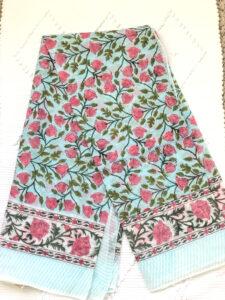 Foulard ou nappe vert et rose GABRIELLE de VILLA d'ISSI, imprimé block print, en voile de coton. Utilisable aussi en plaid et paréo.