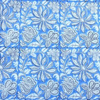 Nappe indienne bleue fleurie de VILLA D'ISSI, imprimée à la main au tampon de bois selon la technique artisanale ancestrale du block print.
