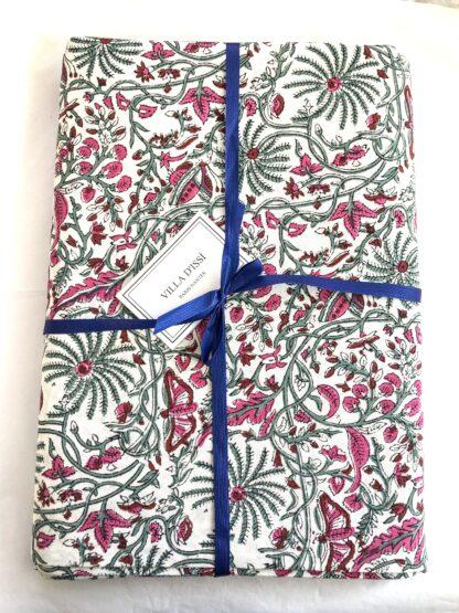 Nappe fleurie CYRIELLE rose de VILLA D'ISSI, imprimée à la main au block print. Parfaite aussi en plaid ou dessus de lit. Style Bohème Chic.