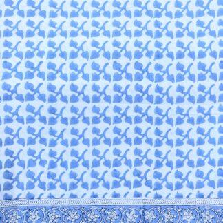 Nappe imprimée bleue PHYLLIS de VILLA D'ISSI pour une décoration de table tendance et raffinée dans le style bohème chic
