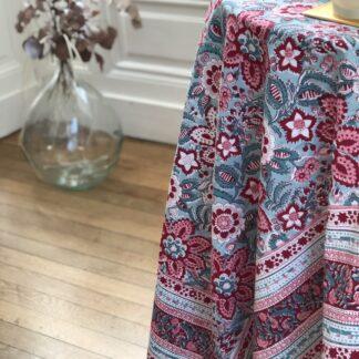 Jolie nappe indienne vert et rose de VILLA D'ISSI, imprimée à la main au tampon de bois (block print). S'utilise aussi sur un canapé ou un lit