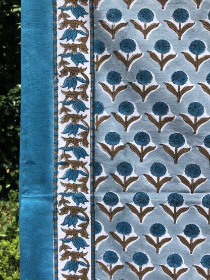 Nappe indienne à fleurs VILLA D'ISSI vert bleuté, imprimée à la main au tampon (block print).Parfaite sur un canapé ou un dessus de lit.