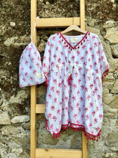 Ravissante tunique de plage fille à pompons, imprimée de palmiers roses, d'une belle couleur rose framboise. En batiste de coton toute douce. Elle convient aussi comme vêtement de nuit.