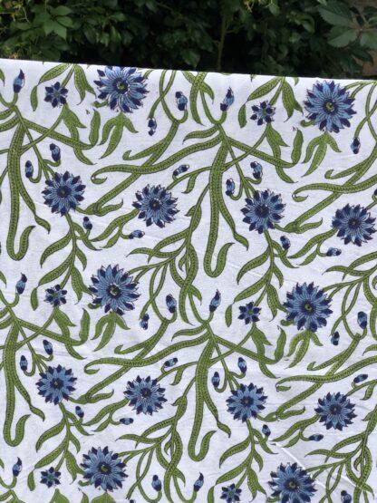 Coup de coeur pour cette nappe indienne fleurie bleue de VILLA D'ISSI, parfaite aussi en plaid sur un canapé, en dessus de lit.Imprimée main au block print.